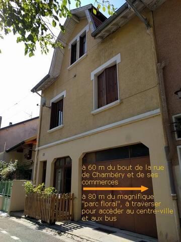L'appartement se trouve en centre-ville, dans une rue très calme, proche de toutes les commodités.