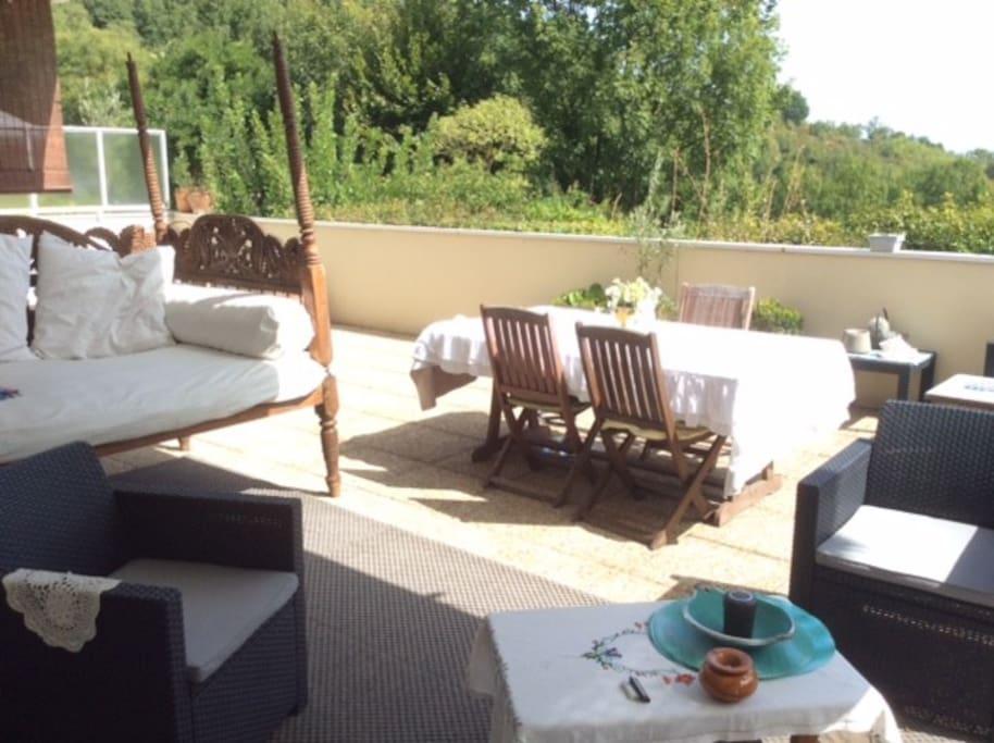 grande terrasse équipée salon de jardin  avec vue de 60 m²
