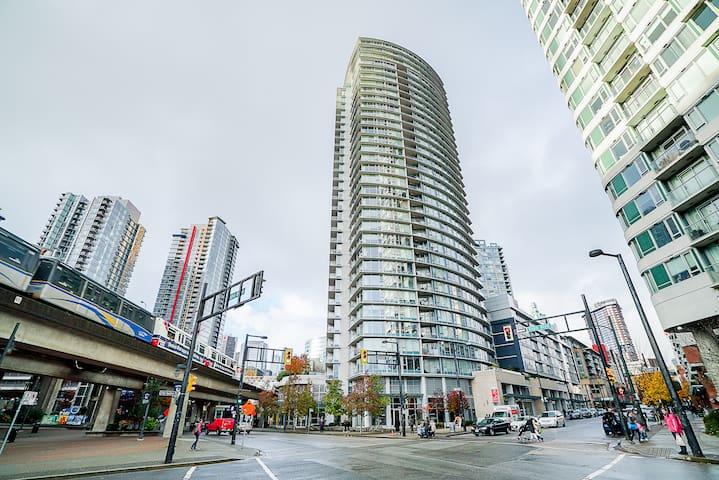 Downtown Luxury  1 bdrm + Pool/Gym/Parking/Ac