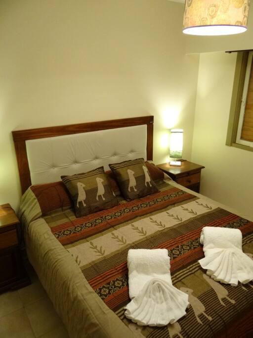 Cama matrimonial (o 2 twins) con ropa de cama de 1ra calidad