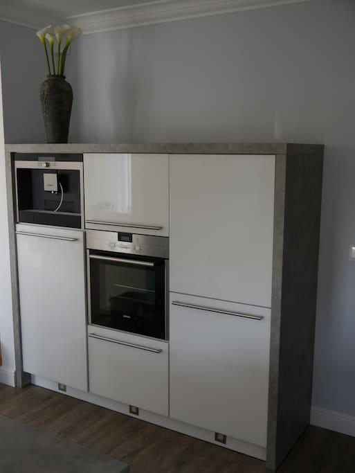 """""""Elektro-Ecke"""" in der Küche mit Kühl-/Gefrierschrank und Backofen"""