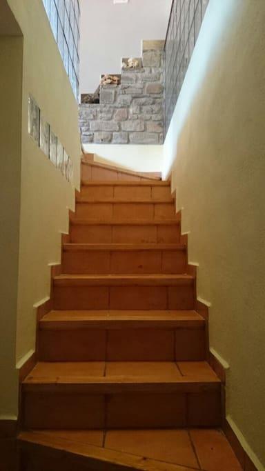 Tiene escaleras ya que es un atico.. ;)