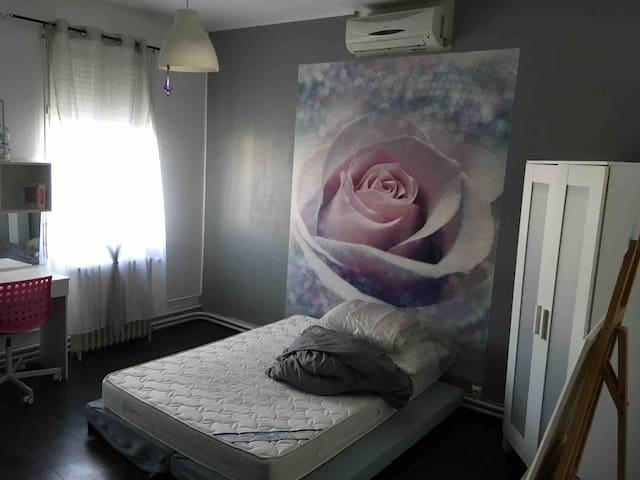 Grande chambre  télévision douche climatisé
