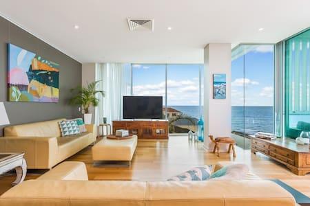 Modern Secure Apartment with Coastal Views - Kingston Park - Apartment