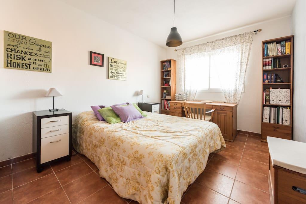 Habitación con cama doble, armario empotrado y escritorio