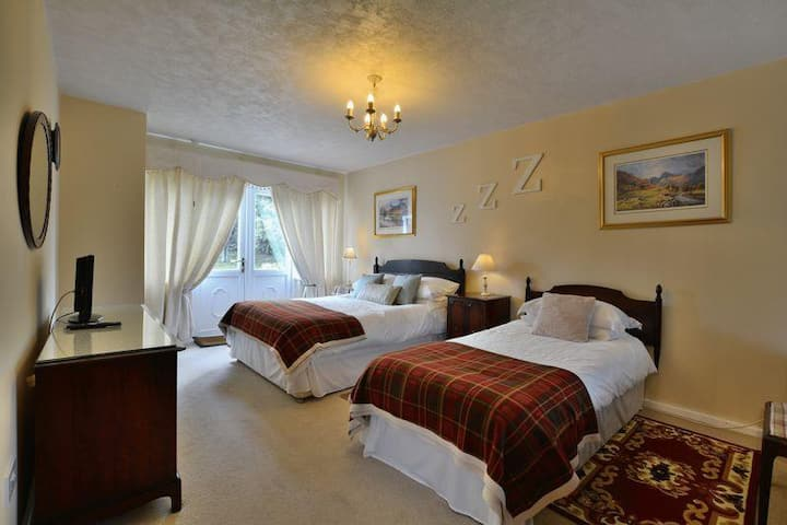 Lyndarlea Lodge - Twin Room (Double & Single)