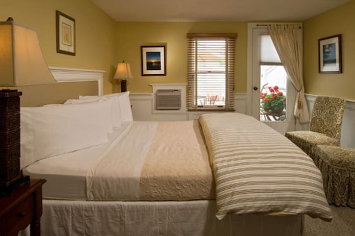 Great Location, Private Bath, Queen Bed and More! - Provincetown - Bed & Breakfast