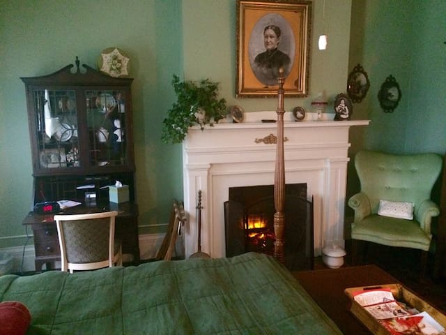 Margaret's Fireplace Room - Munro House