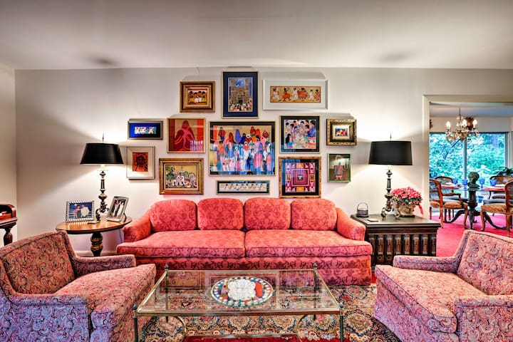 Up to 6 guests will fall in love with this vibrant and cozy interior.