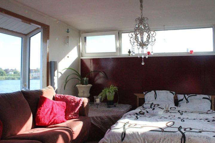 Sleeping in a houseboat right outside Amsterdam?
