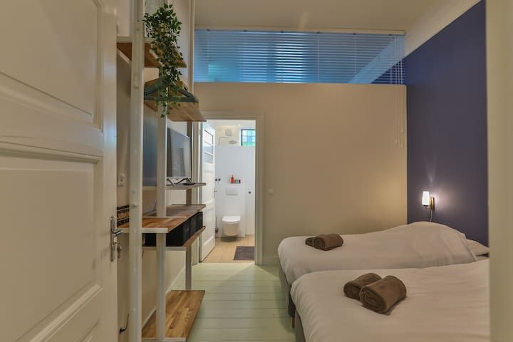 Bedroom 5 with 2 single beds and ensuite bathroom (TV only streaming content)