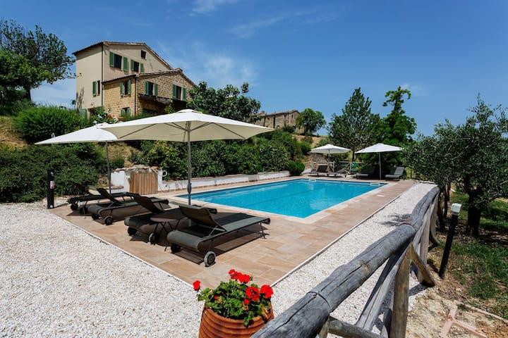 Italian Idyll, stunning views, pool, play-den.