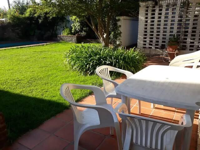 jardín con césped y estar al aire libre