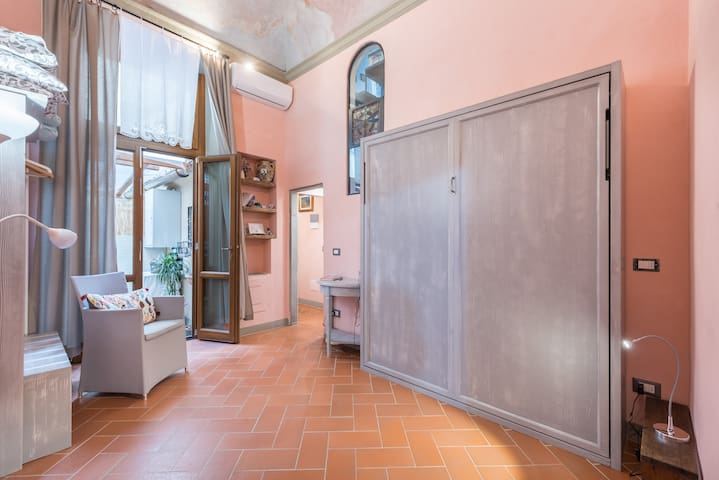 Tiny Apartment with Balcony, Florence City Centre