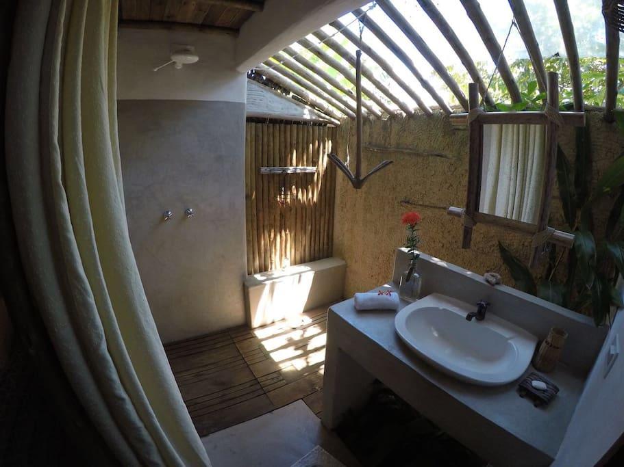 Amazing bathroom! Banheiro incrível com deck de madeira e jardim interno.