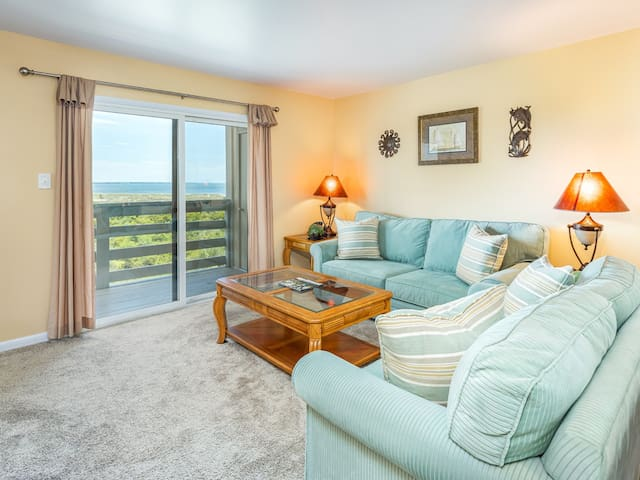 Top Floor Condo with Amazing Views from Private Balcony, Community Pools - Lighthouse Point 11C