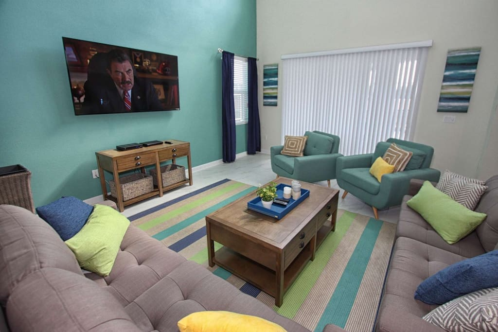 Fashionable Living Area w/Large Flat Screen TV, Blu-Ray Player and Pool Access