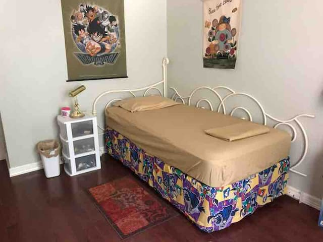 Nice and quiet home  twin bed on lake near Dallas