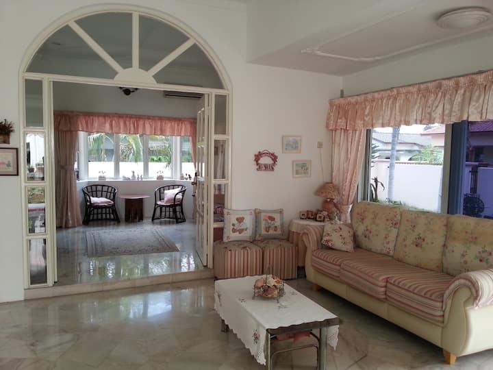 Big airy comfy villa with gdn. Value.Central,safe