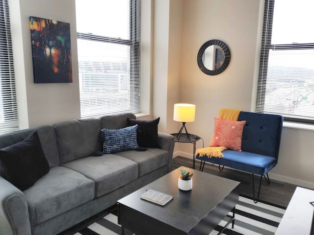 Vibrant + Trendy 1BR Apt in Downtown