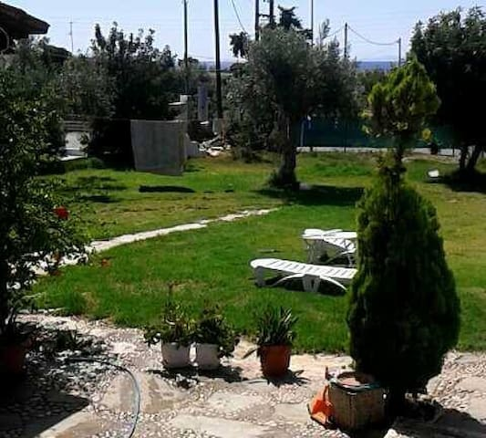Single Entire 2 Bedroom House with Garden - Kineta