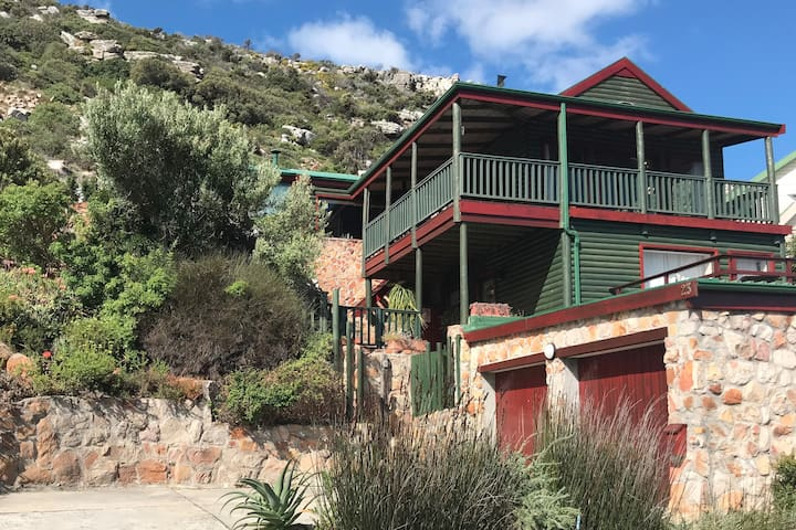 Cosy mountainside flat-let by the sea, Glencairn