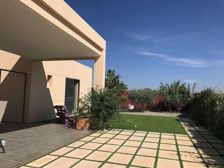 Jardín con pequeño huerto y frutales
