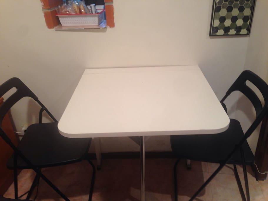 Mesa plegable dentro de casa, para comer o conectarte al Portatil