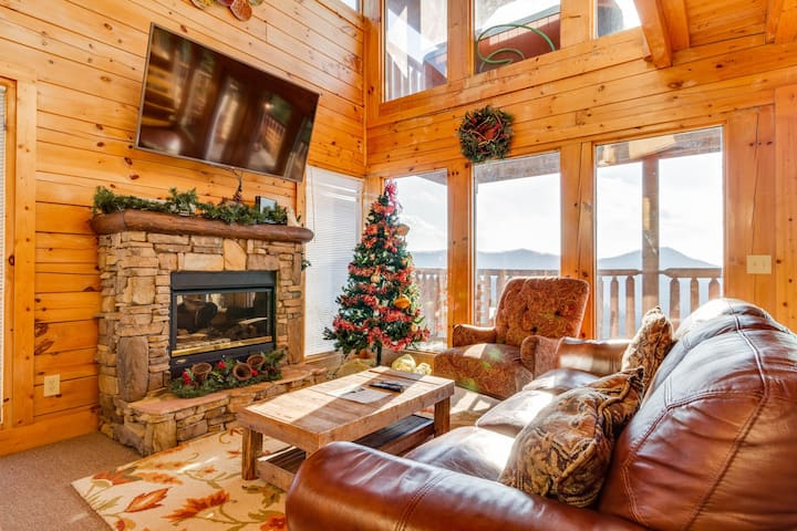 Log cabin w/ private hot tub, theater/game rooms & amazing views!