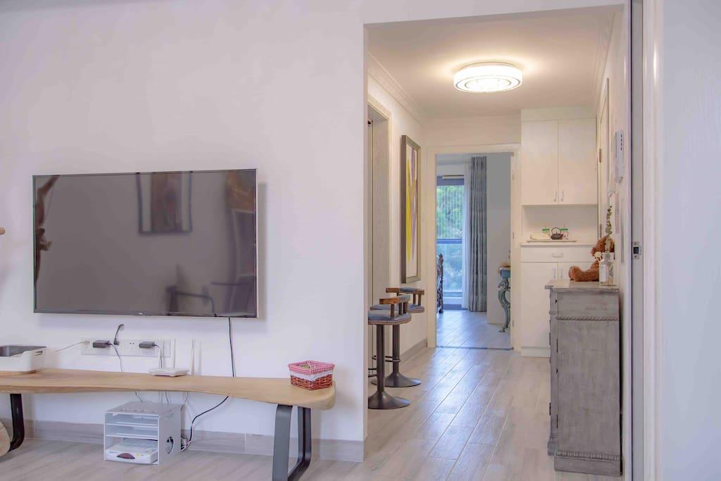 客厅通往卧房的走廊---宽敞、艺术