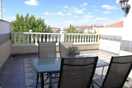 Ático con gran terraza. Ideal parejas. Económico