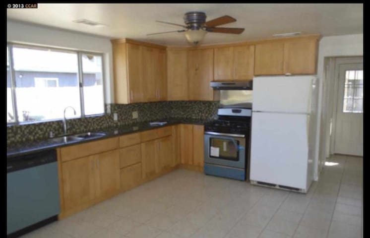 3 bedroom 2 bath Wifi, Kitchen, Park, Free Fruit
