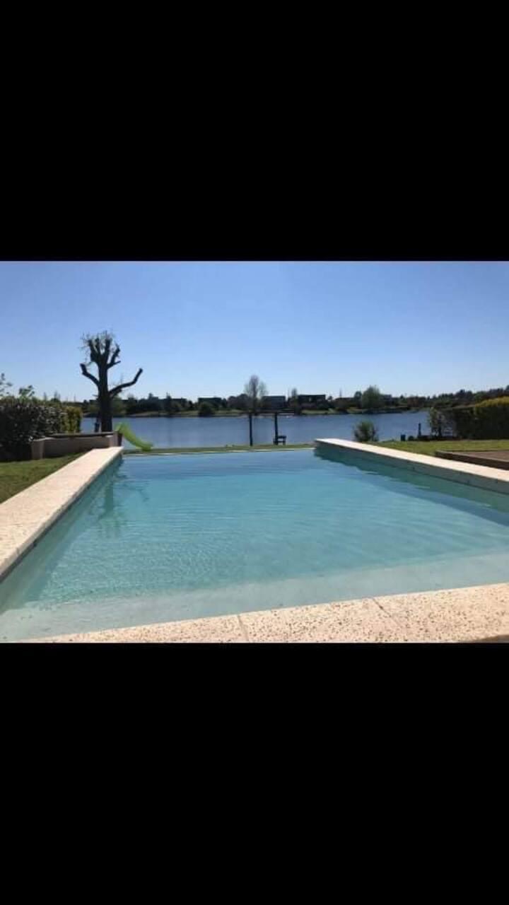 Tremenda casa con pileta, playa y lago