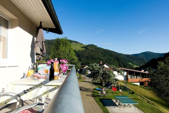 Apartment Hasenhorn-Blick Todtnau - Traditionelle schwarzwälder Familienferienwohnung mit eigenem Balkon und Bergblick