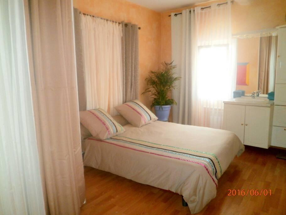 Chambre à coucher avec lit 140