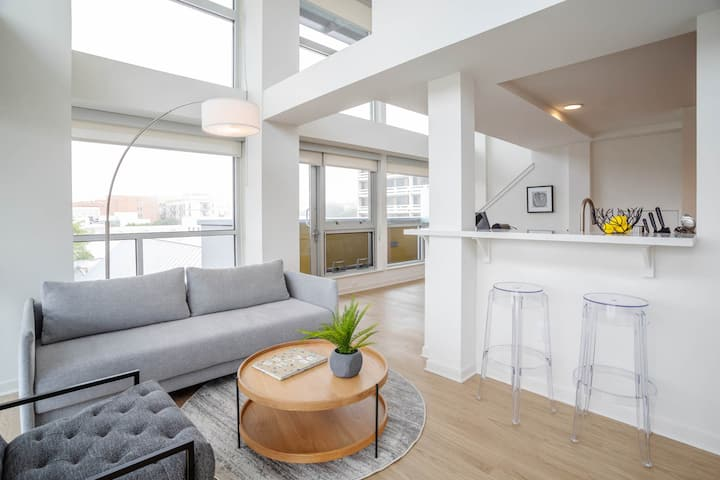 SANTA MONICA CORNER LOFT - NEW LISTING - BEST LOCATION! 505
