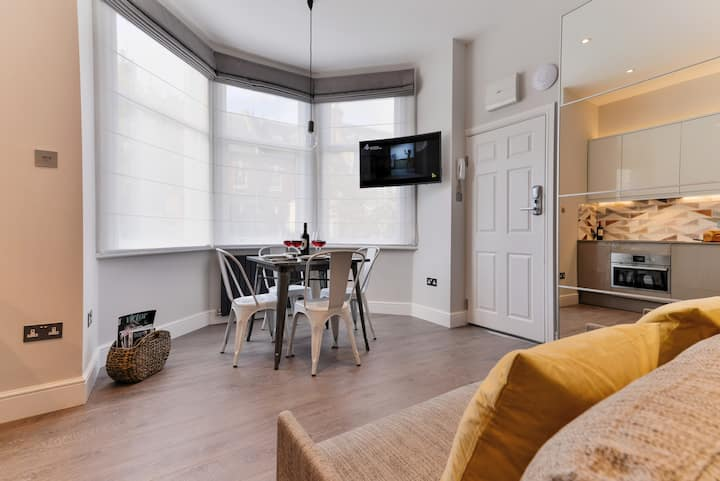 NEW!Triple window stylish studio at WEST HAMPSTEAD