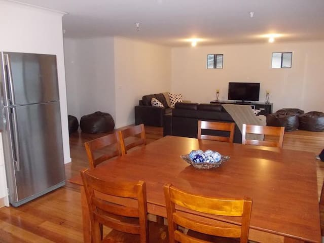 Holiday house with ocean and farm views - Sunderland Bay - 一軒家