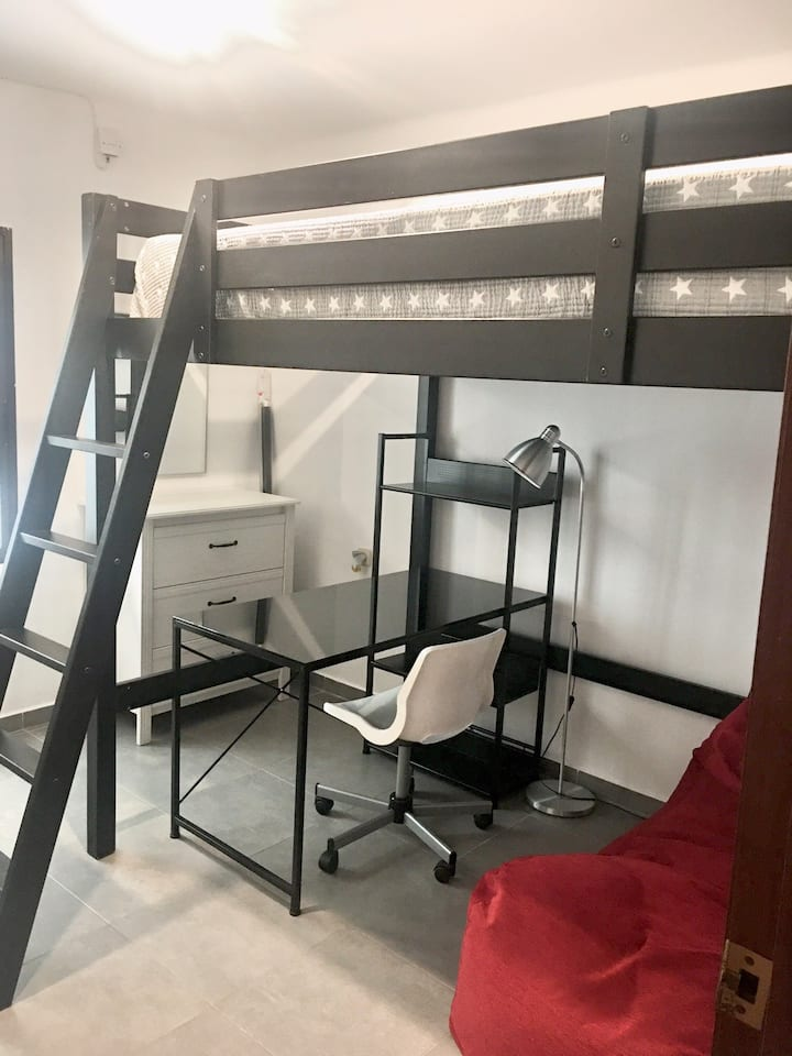 Preciosa y tranquila habitación con cama alta