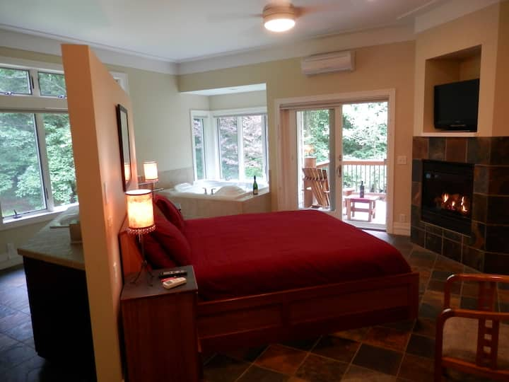 The Honeymoon Suite - Pigeon Creek Inn