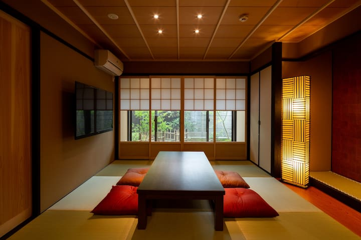 Enjoy the Japanese's Garden in Japanesestyle House