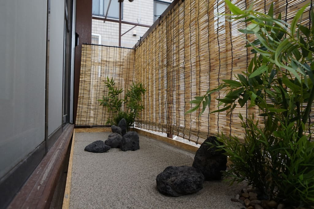 miniature Karesansui(traditional Japanese dry landscape garden) where you escape, for the moment the tensions of life