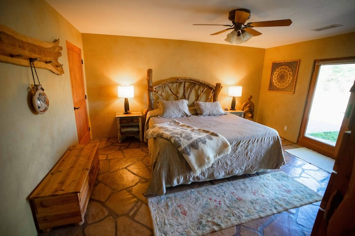 Oak Creek Front property- Organic King room