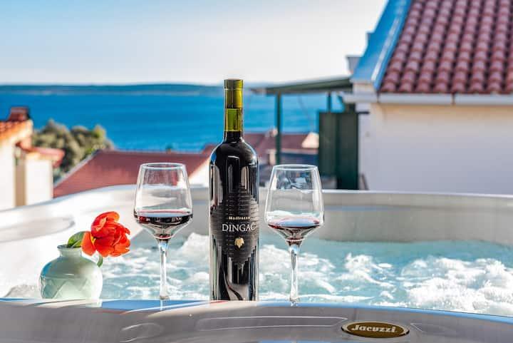Bozi, luxury penthouse with jacuzzi for 8
