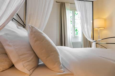 Flat for 4 with olive garden & pool inTuscany