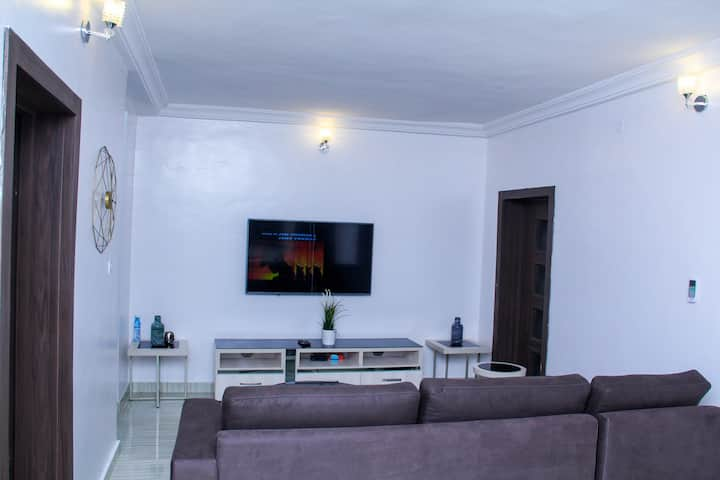 Tastefully furnished Apartment Near the Airport