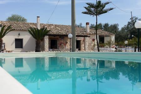 Villa Clara, con piscina nel verde. - Chiaramonte Gulfi