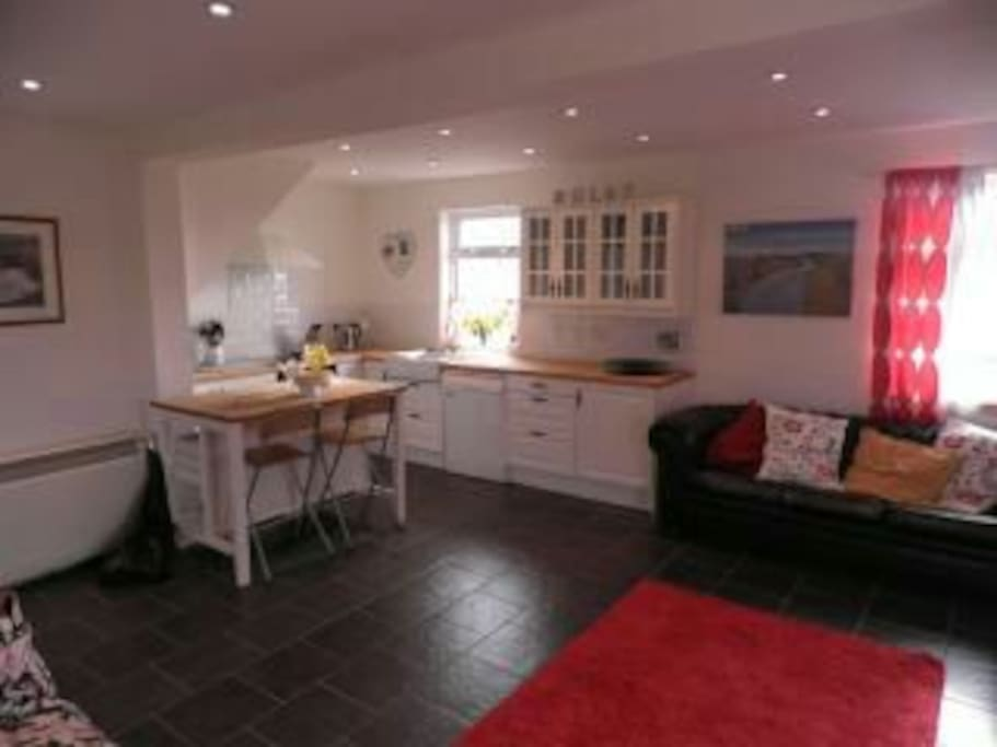 Open plan kitche/living/dining space offers flexibility.