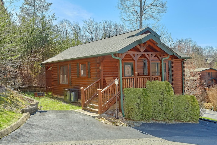 Hugs n' Kisses Romantic 1 Bedroom Cabin Gatlinburg