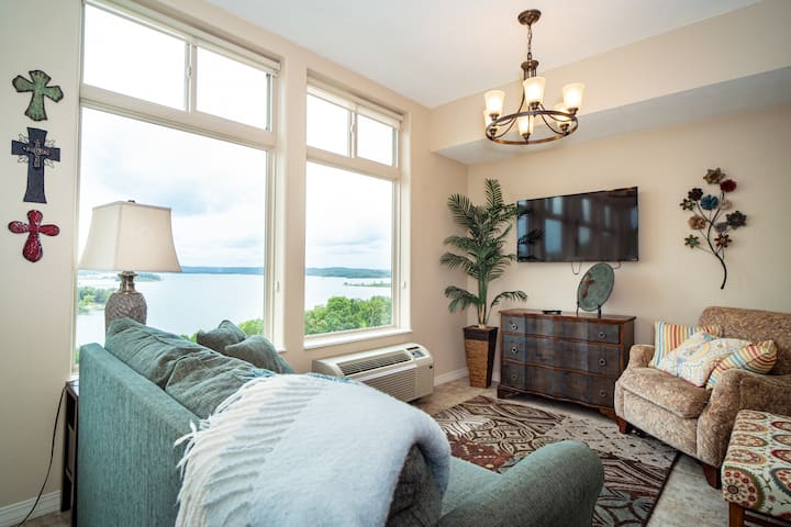 Luxury Lake View 2 King Bed Condo